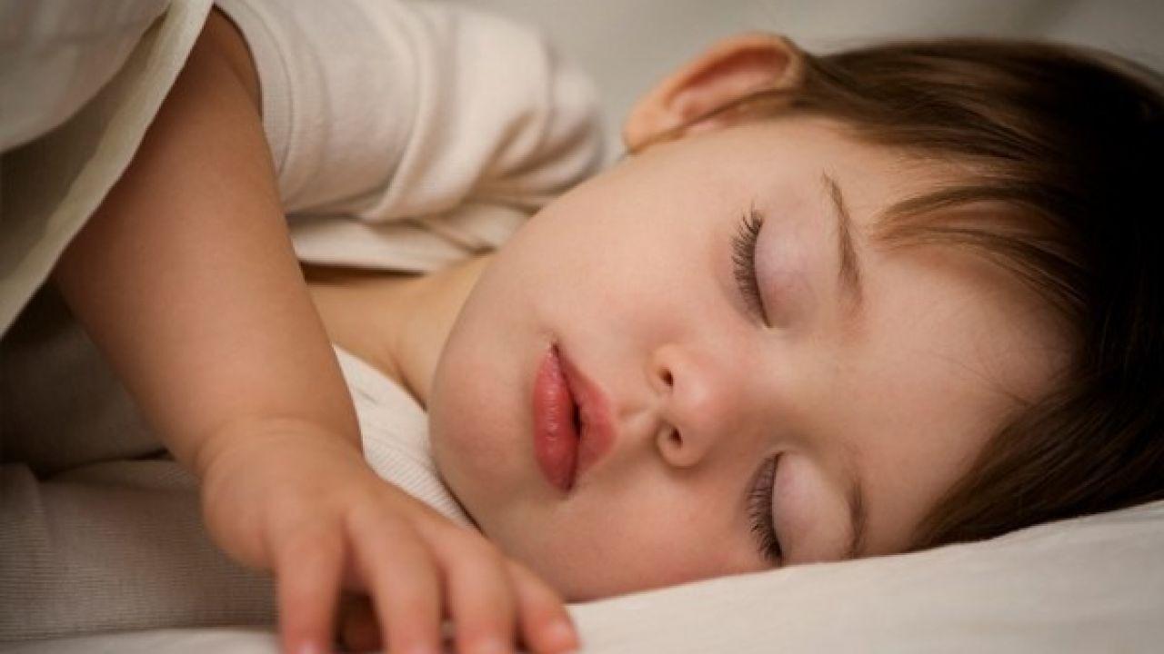 كيف أجعل طفلي ينام ليلاً