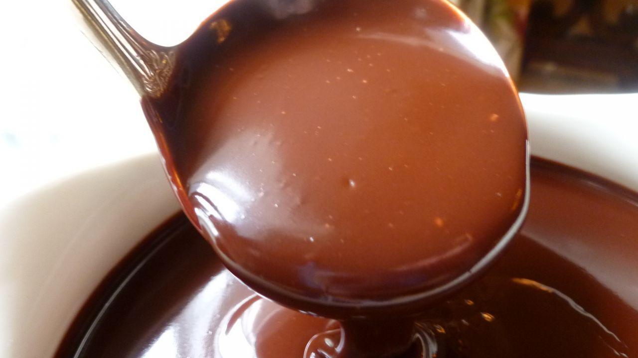 عمل كيكة الشوكولاتة بالصلصة