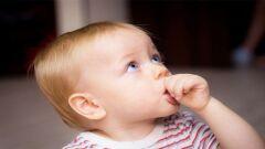 كيف أمنع طفلي من وضع أصبعه في فمه