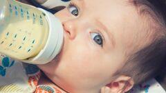 كيف أعلم طفلي على الرضاعة الصناعية