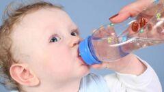 كيف أجعل طفلي يشرب الماء