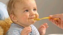 متى يبدأ الطفل الرضيع بالأكل