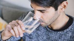 فوائد وأضرار شرب الماء الساخن على الريق