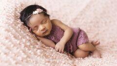 كم عدد الساعات التي يحتاجها الطفل للنوم