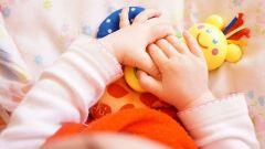 متى يبدأ الطفل بإمساك الأشياء